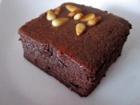 Tejkaramella krémes-pirított fenyőmagos brownie