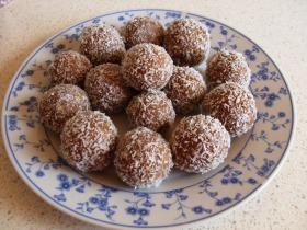 Kókuszba forgatott rumos kekszgolyó