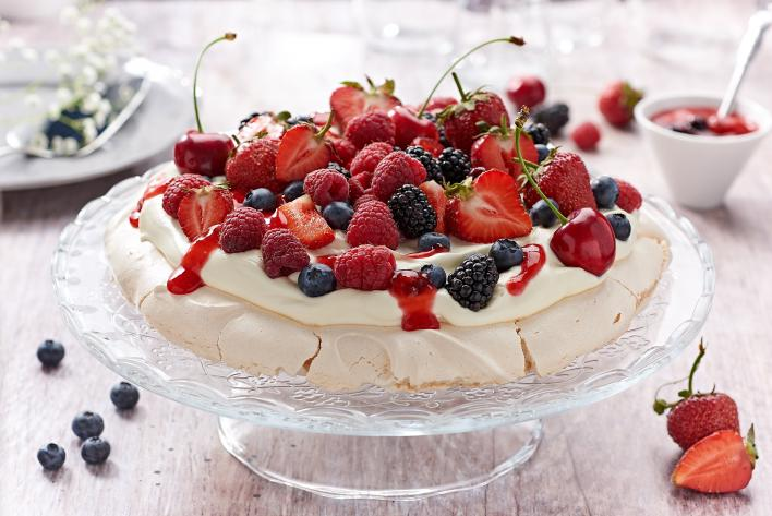 Pavlova torta tejszínhabbal és gyümölcsökkel