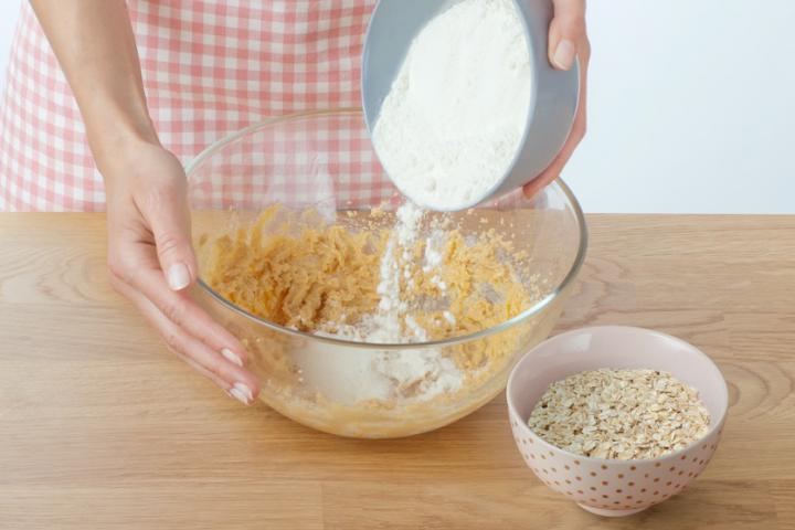 Áfonyás zabpelyhes keksz fehércsokoládéval elkészítés 2. lépés képe