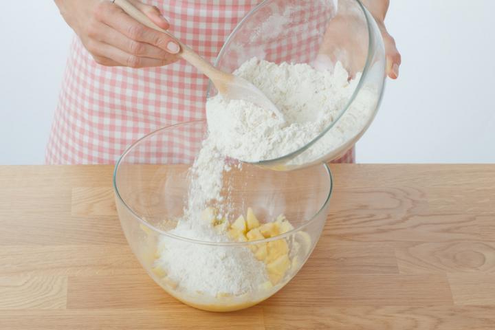 Almás-fahéjas muffin szárított almakarikákkal elkészítés 4. lépés képe