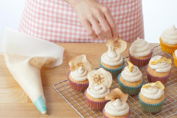Almás-fahéjas muffin szárított almakarikákkal elkészítés 8. lépés képe