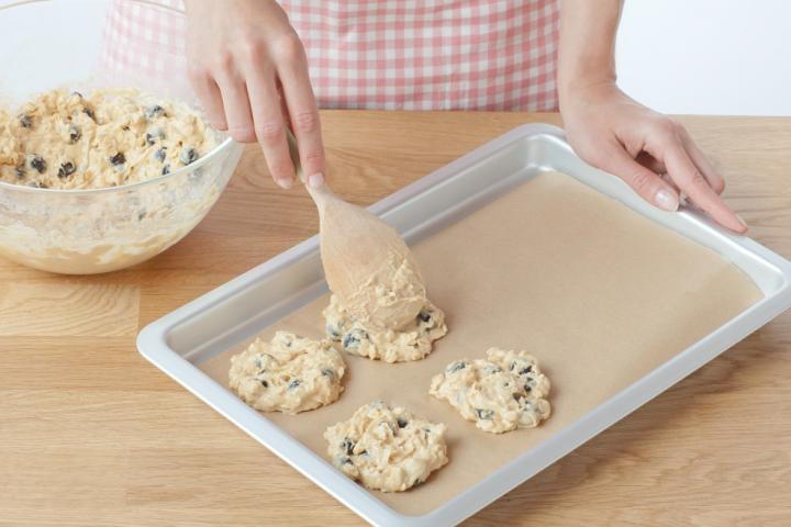 Áfonyás zabpelyhes keksz fehércsokoládéval elkészítés 4. lépés képe
