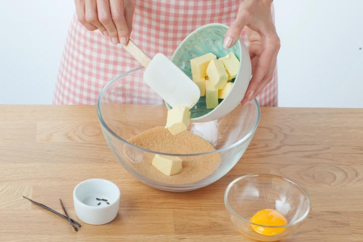 Áfonyás zabpelyhes keksz fehércsokoládéval elkészítés 1. lépés képe